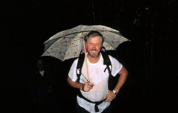 Salendo alla casera sotto la pioggia