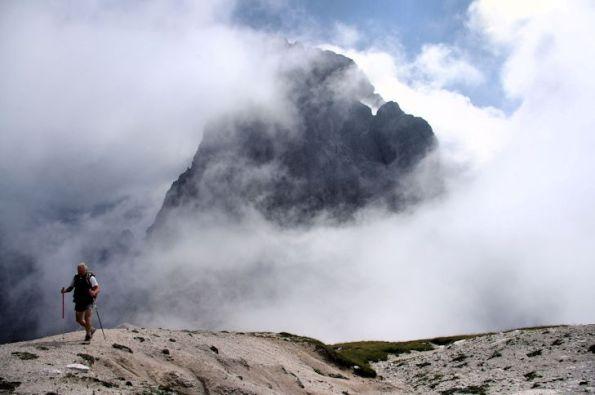 5 Salendo alla cima il Duranno emerge dalle nebbie